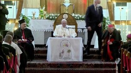 """El papa Francisco visita la Catedral Siro-Católica de """"Nuestra Señora de la Salvación"""" en Bagdad, Irak, el 5 de marzo de 2021 en esta captura de pantalla tomada de un video. Iraqiya TV / Reuters TV vía REUTERS"""