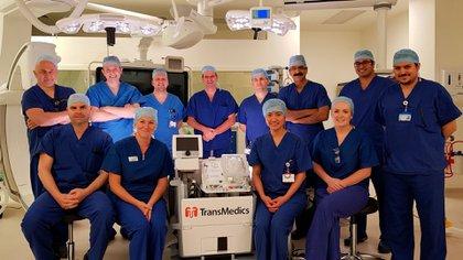 El equipo medico que llevó a cabo el transplante junto con la máquina que permitió resucitar el corazón.