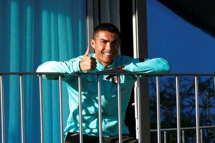 Cristiano Ronaldo estuvo aislado en su habitación, hasta que partió rumbo a Italia, donde realizará la cuarentena (EFE/ Diogo Pinto)
