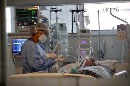 Es muy importante concientizar a la población para que se maneje de forma segura dentro de los centros de salud y no abandone sus tratamientos (Efe)