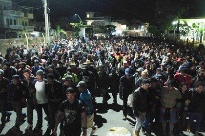 En la madrugada la caravana de migrantes centroamericanos que permanecen varados de lado de Guatemala salieron de los albergues en los que alojaron para concentrarse nuevamente en la estación migratoria con la intención de continuar con su camino hacia Estados Unidos. Los viajeros pidieron a las autoridades mexicanas que les permitan el libre tránsito, y de no hacerlo amagaron con intentar cruzar por la fuerza, apenas el viernes pasado lo intentaron. Elementos de Marina y del INM resguardan las instalaciones ante cualquier eventualidad. (FOTO: ISABEL MATEOS/CUARTOSCURO)