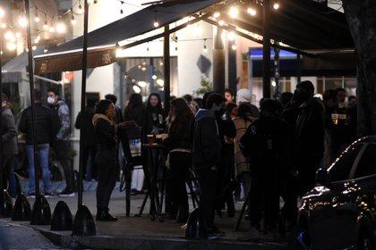 Bar en Palermo durante el primer fin de semana de habilitación (Foto: Nicolas Stulberg)