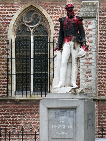 La estatua del rey Leopoldo II fue retirada en Amberes luego de ser dañada por ciudadanos belgas que marcharon contra la violencia racista el domingo pasado (REUTERS/Bart Biesemans)
