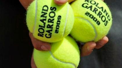 Un recogepelotas sostiene unas bolas durante un partido. EFE/Horacio Villalobos/Archivo