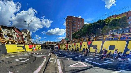 """""""El pueblo no se rinde carajo"""": vuelven a pintar, más grande, mural en Medellín que habría sido borrado por el Ejército"""