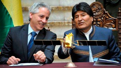 Evo Morales eludió siempre los debates presidenciales. Su vice, Alvaro García Linera, se burla del reclamo de la oposición y los desafía con ironía a debatir con él.