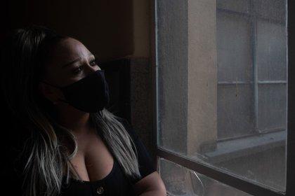 """Kathy, de 47 años, comenzó el trabajo sexual desde los 24. Ella es madre soltera de una joven de 28 años, paga medicamento psiquiátrico y vitaminas propios que le generan gastos mayores. Al inicio la pandemia, solicitó la tarjeta verde que el Gobierno prometió como ayuda para las trabajadoras sexuales y expresa """"No hubo depósito, el mundo se podía paralizar, pero el hambre no se paraliza"""". Ella exige que las autoridades las deben apoyar con Seguro Social, """"No somos de hule, tenemos necesidades, somos seres humanos y tenemos derechos, los clientes muchas veces piden fantasías tontas y nosotras terminamos haciendo una labor social"""". Además de estar parada bajo el sol ocho horas, cuenta que debe pagar $150 pesos por cada ocasión que ocupa un cuarto en el hotel, así como condones y su comida, """"si es de la cintura para abajo cobró $250 y si es cuerpo completo son $400""""."""