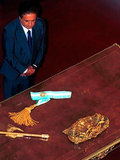 Eduardo Duhalde junto a los atributos presidenciales (NA)