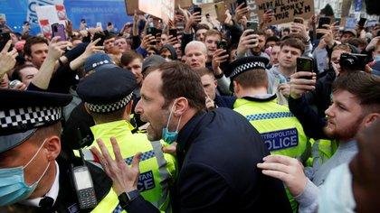 Multitudinaria manifestación de los simpatizantes del Chelsea en contra de la Superliga: detuvieron el bus que trasladaba a los futbolistas y un ídolo tuvo que calmarlos