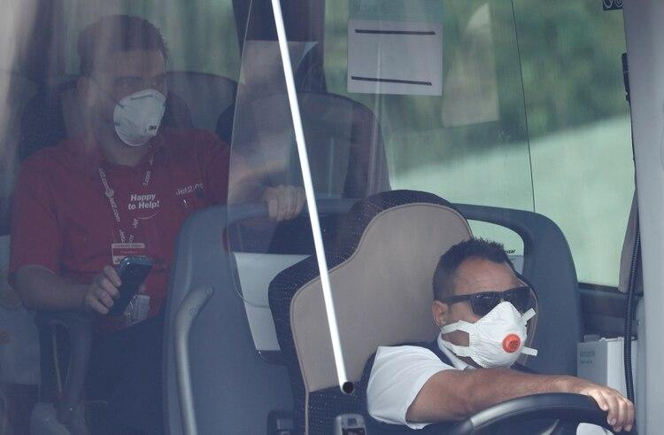 Transporte de turistas que pudieron salir del hotel en cuarentena en Tenerife (Reuters)