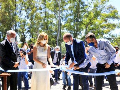 Fabiola Yáñez hizo el honor de cortar la cinta