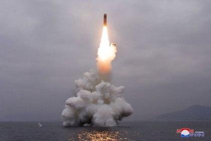 Foto de archivo. Imagen de lo que parece ser un misil balístico lanzado desde un submarino en una localidad no identificada (KCNA via REUTERS)