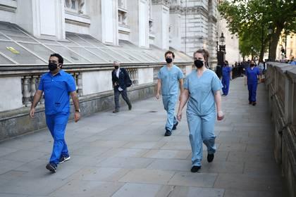 Personal médico cerca de Downing en Londres, Reino Unido REUTERS/Hannah Mckay