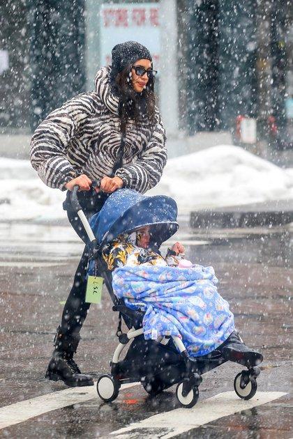 Irina Shayk le hizo frente a las bajas temperaturas y paseó bajo la nieve de Nueva York. La modelo llevó a su hija en el cochecito y lució una campera estampada de cebra