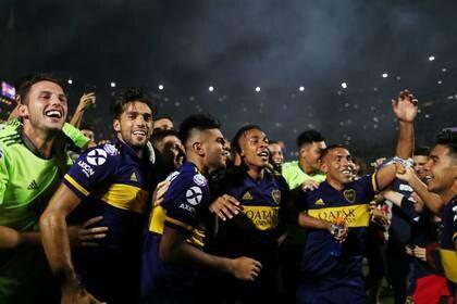 Foto de archivo de los futbolistas de Boca Juniors celebrando la obtención de la Superliga del fútbol argentino.  Mar 7, 2020   REUTERS/Agustin Marcarian