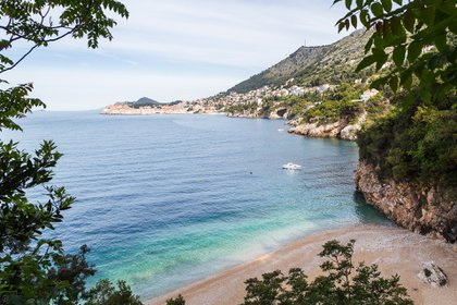 Calles abarrotados y el aire espesado con palos para selfies: ese es el Dubrovnik que todos conocemos e intentamos amar. Pero a solo una milla al sur de la ciudad, hay un mundo diferente en Sveti Jakov, una tranquila playa de arena de guijarros con vistas a la tranquila isla de Lokrum