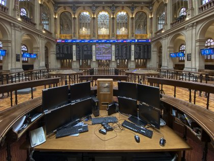 09/22/2020 Computers inside the Madrid Stock Exchange Palace (Spain), on September 22, 2020. The Ibex 35 experienced a 0.12% decline in the half session this Tuesday, which led the selective to stand at 6,684.2 integers at 12.00, in a day marked by fear and uncertainty due to the impact of a second wave of Covid-19 and in which oil is trading stable.  ECONOMY Eduardo Parra - Europa Press