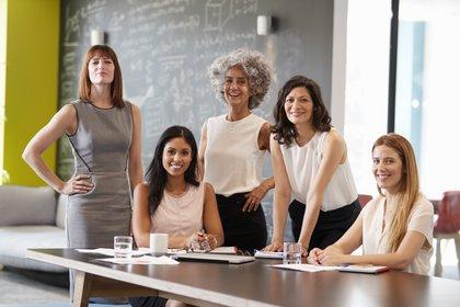 Entre los temas que las mujeres enfrentaron personalmente en su trabajo en Argentina, destacaron el acoso sexual/sexismo en el lugar de trabajo (39%) y la falta de salario equitativo (35%) (Shutterstock)