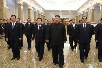 El dictador norcoreano Kim Jong-un visita el Palacio del Sol Kumsusan en Pyongyang para rendir homenaje a su abuelo y fundador de Corea del Norte, Kim Il-sung, en con motivo del 26º aniversario de la muerte del exlíder (YNA/dpa)