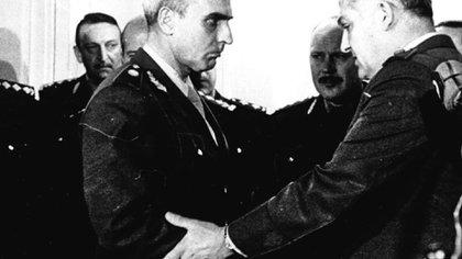 El general Arturo Corbetta saluda al general Albano Harguindeguy, ministro del interior de la dictadura