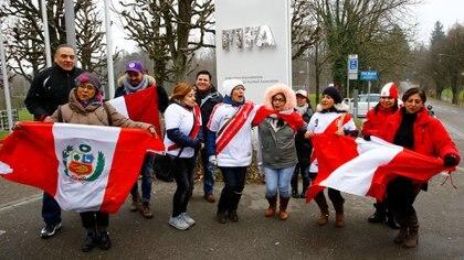 Decenas de peruanos se acercaron a la FIFA para apoyar al delantero (Reuters)