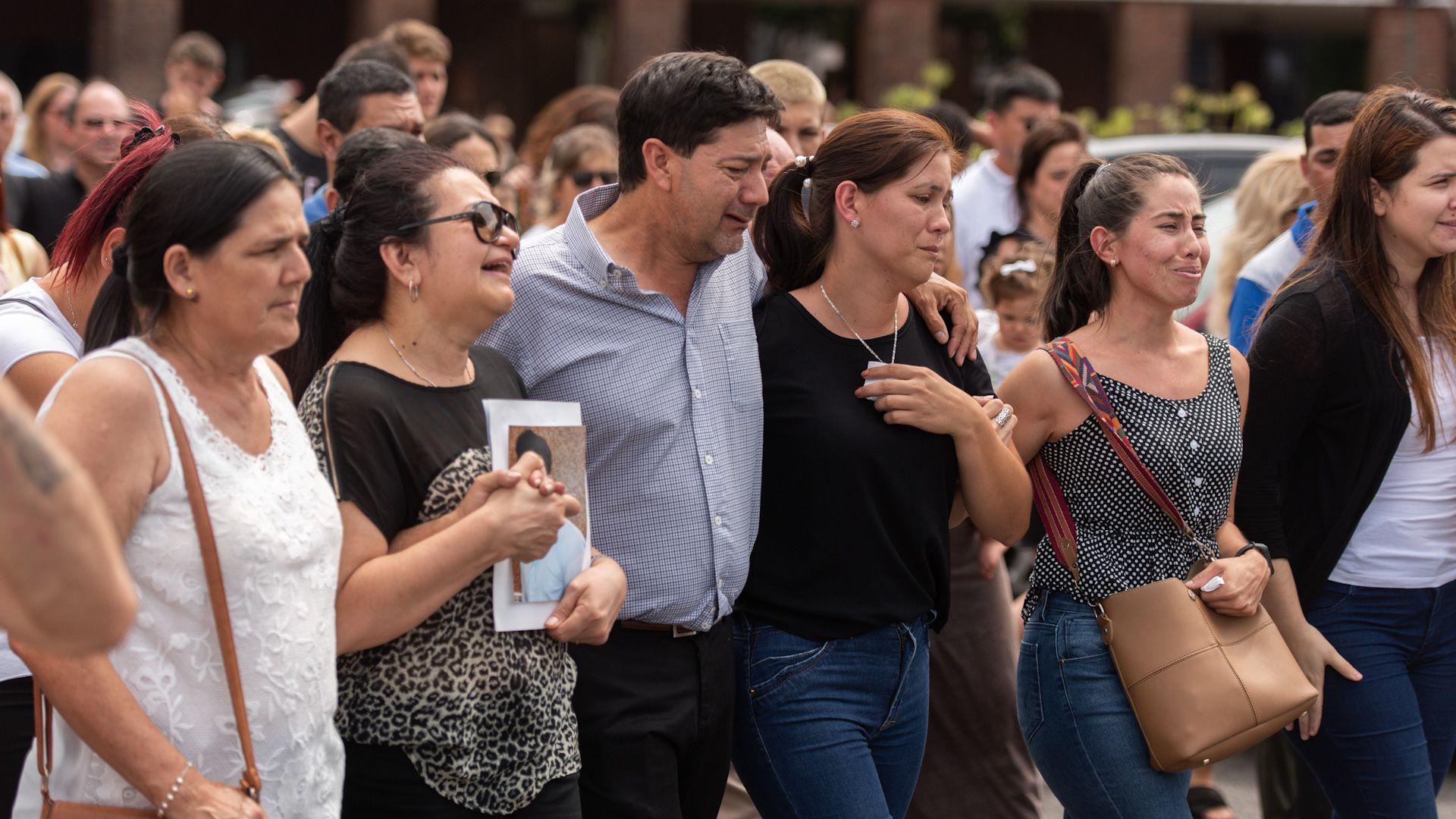 Graciela Sosa y Silvino Báez en el entierro de su hijo Fernando en el cementerio de la Chacarita.