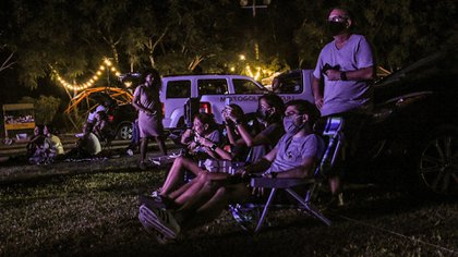 Los asistentes deben de cumplir con las medidas sanitarias como el uso de cubrebocas si deciden bajar de sus vehículos (Foto: Cuartoscuro)