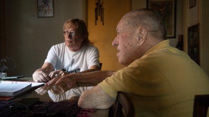 Stanley Coggan en su casa junto a Danny, su único hijo (Foto: Gustavo Gavotti)