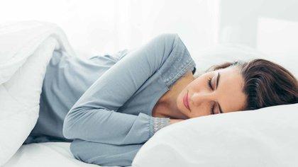 Dormir entre 7 y 8 horas por día, son las recomendadas por los expertos para descansar plenamente (Shutterstock)