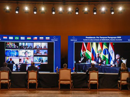 Paraguay's President Mario Abdo Benitez (C) presides over a virtual meeting of leaders of the Mercosur trade bloc, in Asuncion, Paraguay July 2, 2020. Anibal Olevar/Paraguay Presidency/Handout via REUTERS ATTENTION EDITORS - THIS IMAGE WAS PROVIDED BY A THIRD PARTY. NO RESALES. NO ARCHIVES