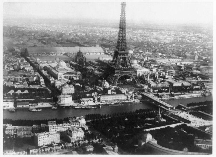 La primera vez de la Torre Eiffel y la primera vez del Pabellón Argentino, que no pudo soportar el avance de la urbanización en la ciudad de Buenos Aires