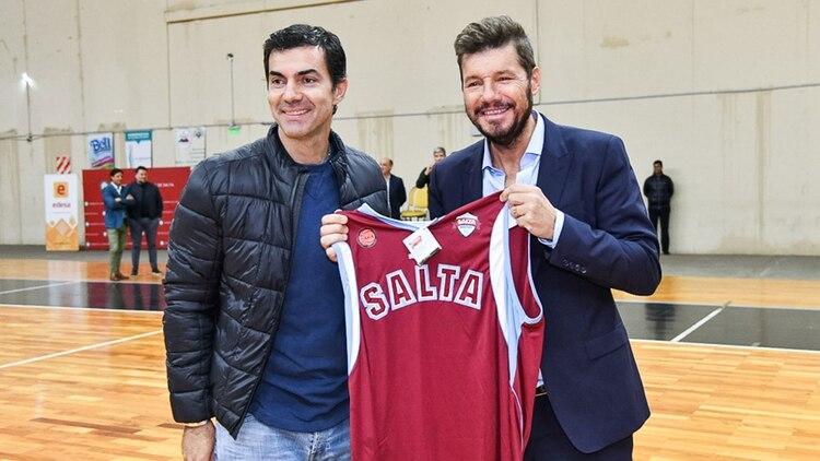 Juan Manuel Urtubey junto a Marcelo Tinelli en el estadio de Salta Basket