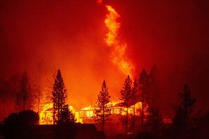 """Una casa se ve envuelta en llamas durante el """"Creek Fire"""" en el área de Tollhouse (JOSH EDELSON / AFP)"""
