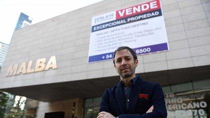 Leandro Erlich frente al Museo de Arte Latinoamericano de Buenos Aires