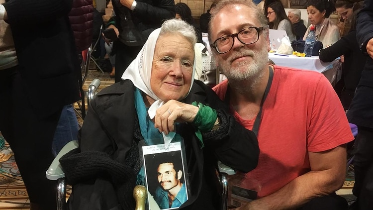 Juan Solanas junto a Nora Cortiñas
