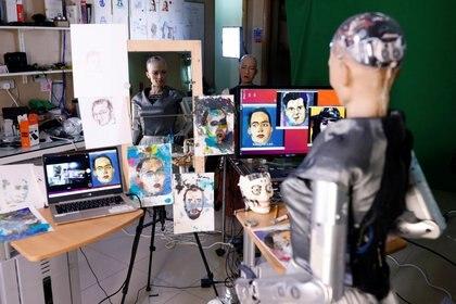 El robot Sophia, de Hanson Robotics, pinta una obra subastada con non-fungible token, o NFT (REUTERS/Tyrone Siu)