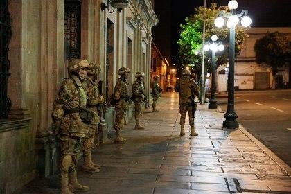 Militares custodian el palacio presidencial en La Paz después de que el gobierno boliviano pidiera a la población permanecer en sus casasa para evitar la propagación del coronavirus. (REUTERS/David Mercado)