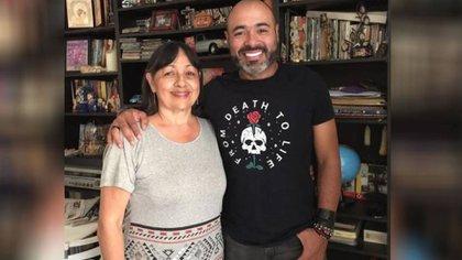 """""""Voy a extrañar las bromas que te hacía"""", el humorista 'Risaloca' confirmó la muerte de su madre por covid-19"""