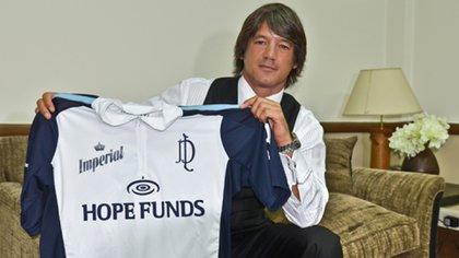 Enrique Blaksley con la camiseta de La Dolfina, equipo que sponsoreó
