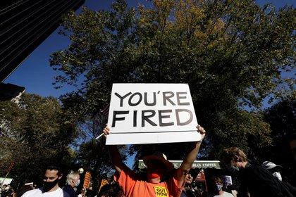 Personas festejan en Nueva York el triunfo de Joe Biden en las elecciones de acuerdo a la proyección de los medios. EFE/Peter Foley