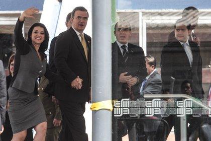 MÉXICO, D.F. 30OCTURBRE2012.- Marcelo Ebrard, Jefe de gobierno saludo a Felipe Calderón, Presidente de México a su llegada a la estación del metro Parque de los Venados donde se realizó la inauguración de la linea 12 del metro. FOTO: ENRIQUE ORDÓÑEZ /CUARTOSCURO.COM