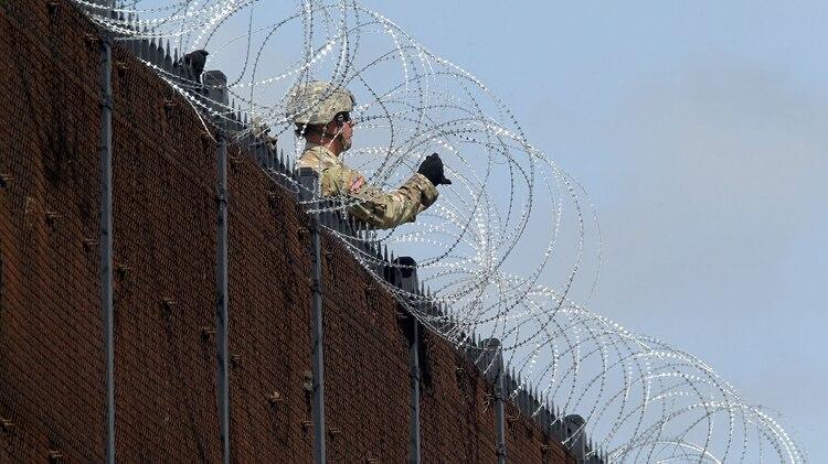 Los soldados del Ejército de EE. UU. Instalan una cerca de alambre a lo largo del Puente Internacional Anzalduas, cerca de la frontera de los EEUU y México, en McAllen, Texas, el 5 de noviembre de 2018. REUTERS / Delcia Lopez
