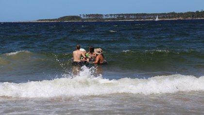 Los colaboradores ayudan a niños y adultos a que puedan divertirse en la arena y el mar