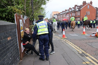 La policía inglesa intervino ante los disturbios de los fanáticos (Reuters)