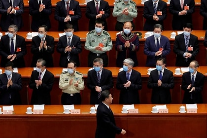 El presidente chino, Xi Jinping, pasa junto a funcionarios con mascarillas tras el brote de coronavirus (COVID-19), cuando llega a la sesión de apertura de la Conferencia Consultiva Política del Pueblo Chino (CPPCC), en el Gran Salón del Pueblo en Pekín, China. 21 de mayo. 2020. REUTERS/Carlos García Rawlins.