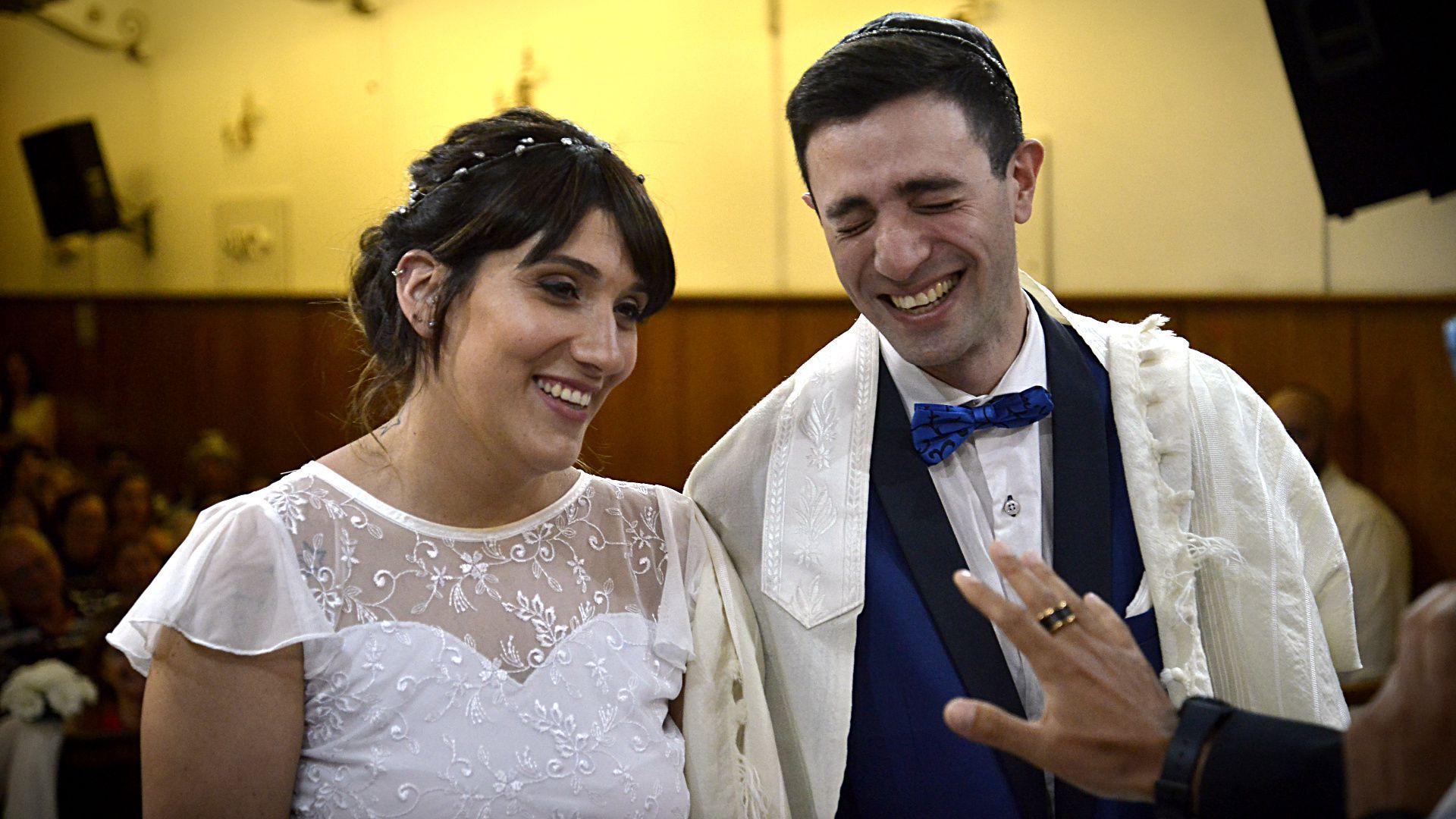 Carla y Nicolás, en el altar, sonriendo minutos antes de dar el sí más importante de sus vidas