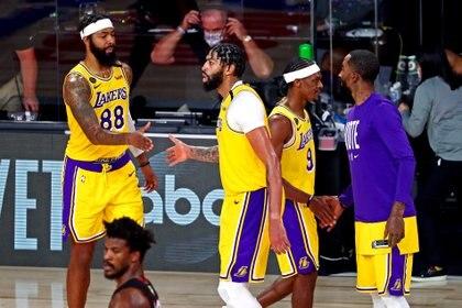 Los Ángeles Lakers celebran el triunfo ante Miami Heat en el cuarto juego de las finales de la NBA (Mandatory Credit: Kim Klement-USA TODAY Sports)