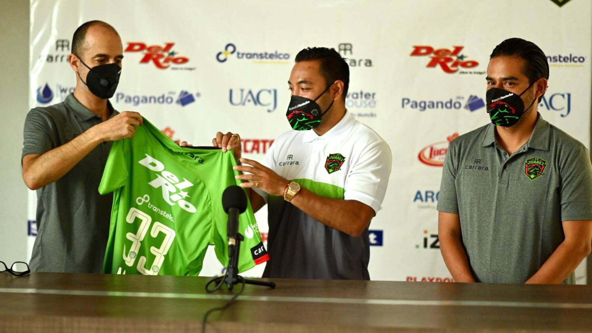 Marco Fabián recibe su jersey, durante la presentación se su fichaje con Juárez (Foto: Twitter/ @fcjuarezoficial)