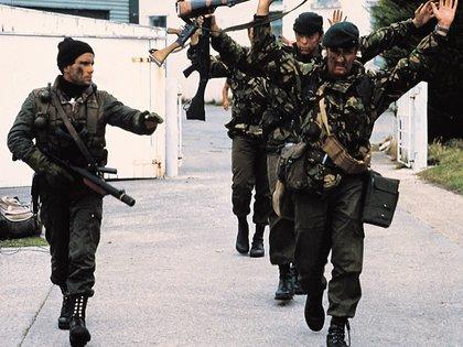 2 de abril de 1982: la foto de Rafael Wollmann que dio la vuelta al mundo. Un buzo táctico argentino y los marines británicos con los brazos en alto