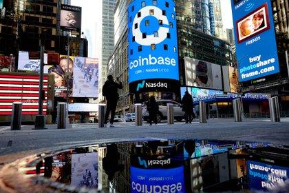 El gran cartel del Nasdaq en Times Square, Nueva York, exhibe el logo de Coinbase, suerte de bolsa cripto que empezó a cotizar el miércoles pasado en Wall Street  (Gabby Jones/The New York Times)
